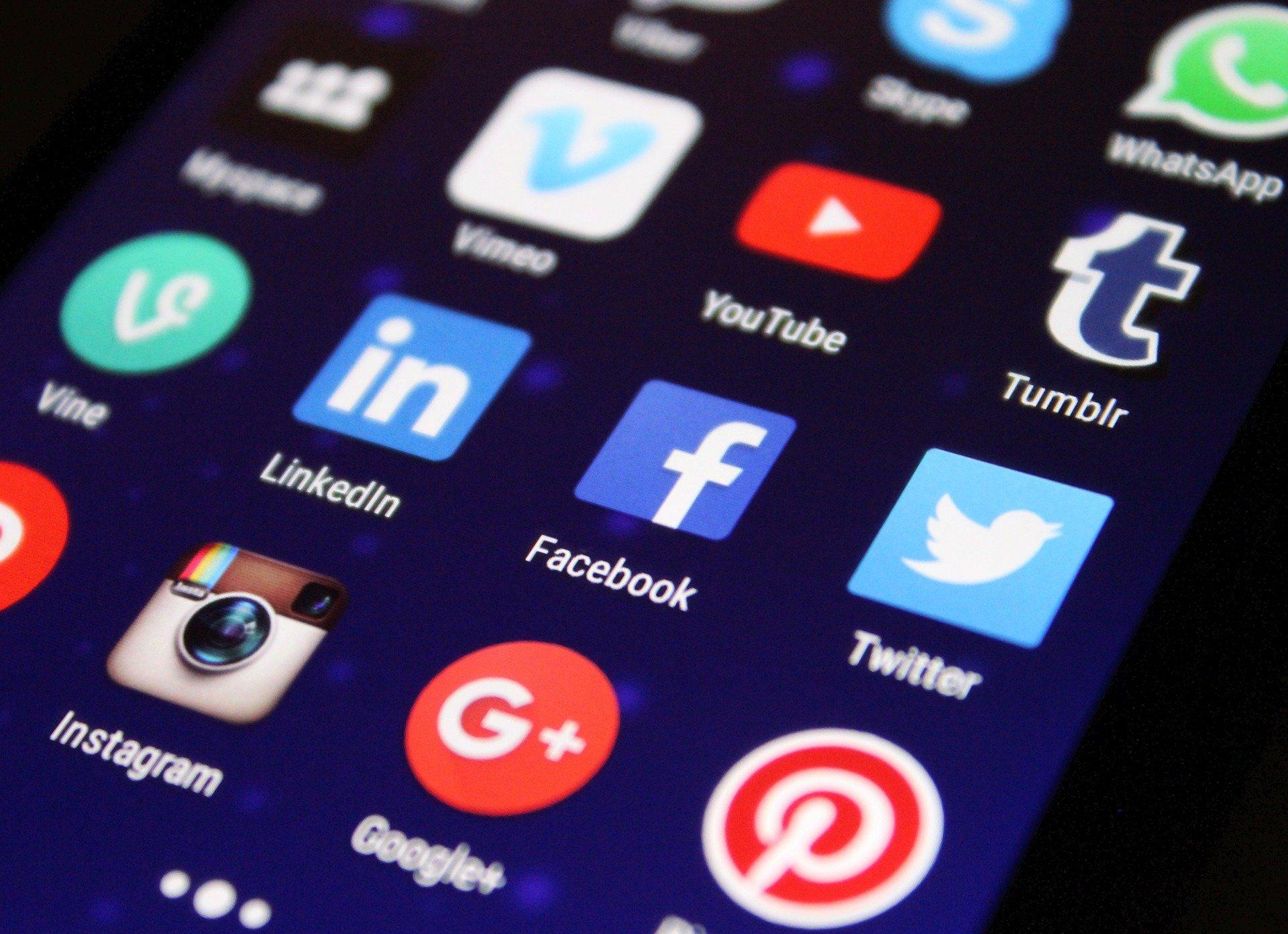 дисплей смартфона с иконками соцсетей