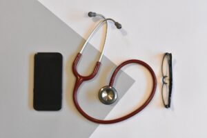 стетоскоп и сотовый на столе