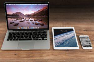 смартфон, планшет, ноутбук на столе