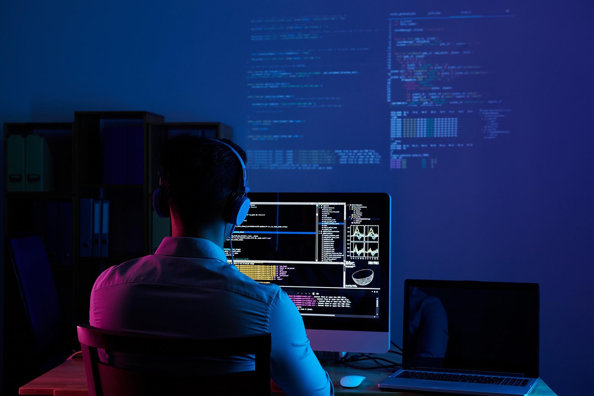 разработчик перед компьютером